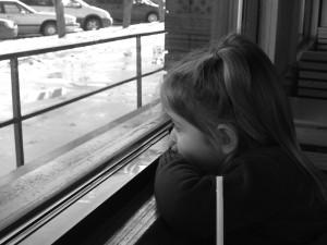 Jeugdtrauma_meisje uit het raam kijkend
